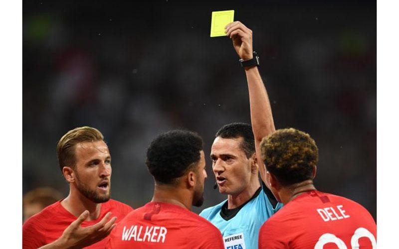 Tẩy thẻ là gì? Tẩy thẻ có vi phạm luật bóng đá không?